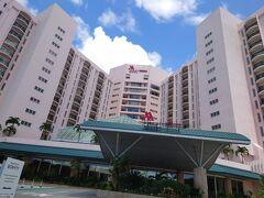 高速ではなく、下道を2時間弱走ってホテルに到着。  今回お世話になるのは マリオットリゾート&スパ沖縄。 なにしろ、一泊分の料金で二連泊OKというプランを見つけたものですから、まったりおこもりには最適だね、と選んだんです。