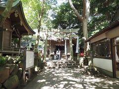 八尾富神社。 もともとは、竹島神社という名前だったそうです。  右手に映っているのは休憩所。扇風機あり。  この山の頂上???に5つの神社がすべて集まっています。