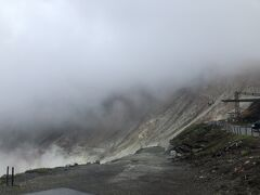雨の中の大涌谷、標高が高いのか雲が低いのか、なんにも見えないです・・・