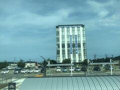 テナント募集中の垂れ幕。経営者の皆様、特急ひたちもすべて停車する広野駅前の一等地でっせ~。