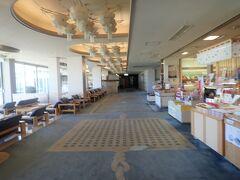 ホテル竹島です。売店の隣がフロントです。 竹島が見える大浴場があります。