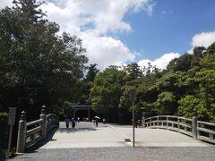豊受大神宮(外宮)に到着です。 ここでは40分ほど自由時間があり、ゆっくりお参りが出来ました。  入り口にあるこの橋は「表参道火除橋」というそうです。
