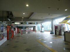 高松空港に着きました。そのままロビーのレンタカーデスクへ向かいます。レンタカー事務所まで送ってくれます。5分程です。