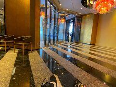 10:10ホテル到着 フロントに入れる人数制限があり、最後にいた私だけエントランスで10分程待たされる。最後までついていない・・・