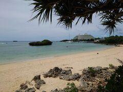 万座ビーチにも寄り道をして、海の美しさを堪能。   夏なのに  誰もいない海 (^^♪