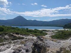 宇曽利山湖が見えました。青空と湖水の青さ、なんとも言えない美しさです。