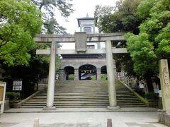 こちらが表側の鳥居です。 奥には神門が見えています。 神社の門としては珍しい作りですね。