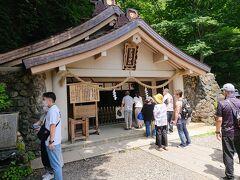 お参りします。 戸隠神社の総本山なのに、コンクリートの社殿。 雪に耐えるためなのかな?