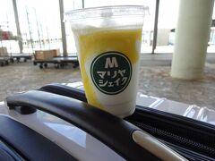 空港から離島ターミナルへ移動 外のベンチでマリヤシェイクいただきました