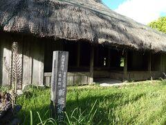 散策の続きで新盛家住宅 現存する沖縄県最古の木造茅葺き民家で築約150年、釘や金具は使用していません。 ニオイはそれなりに古いニオイ。