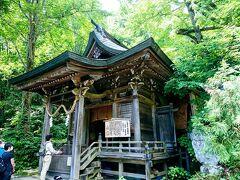 こちらは、戸隠五社のひとつの九頭龍社。 こちらは素敵な木造の社殿。