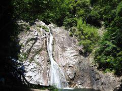 しばらく歩いて、布引の滝へ到着しました!正式には雄滝。 布引の滝は、布引渓流にある4つの滝の総称。 雄滝は落差43メートルと、なかなかの迫力。 あたりに、在原業平や行平、紀貫之など和歌の石碑がたくさんありました。 ここから道なりに滝がいくつか続くのですが、木が生い茂っていてどれも歩道からは見えづらく音だけを頼りに「ここら辺に滝があるのか?」と探したり。 他の方のブログで真正面から撮った写真も拝見したので、私がぼーっと歩いていて見逃したのかもしれません。 写真は結局撮れませんでした。