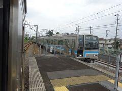 番田駅。電車とすれ違い。 昼間はおおよそ20分間隔で走っている。