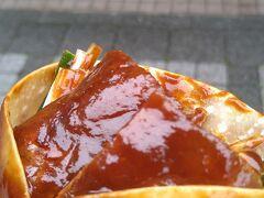 次は北京ダックにしました。北京ダックとは下処理したアヒルを丸ごと炉で焼く中華料理の事です。(窯)の中でアヒルをパリパリに焼き、皮を削ぎ切りにし、「薄餅」(バオビン、báob?ng)または「荷葉餅」(ホーイエビン、héyèb?ng)と呼ばれる小麦粉を薄く延ばして加熱した皮に、ネギ、キュウリや甜麺醤と共に包んで食べます。(Wikipedia参照)もちもちした皮、甘いタレが美味しさを引き立てていました・あまり食べる事がない北京ダックを手軽に食べれて良かったです。