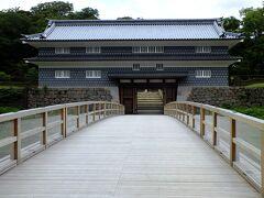 尾山神社を後に金沢城に向います。 鼠多門橋と鼠多門です、どちらも再建です。 金沢城の建物は基本再建ですよね。