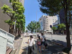 自宅から電車で外苑前駅へ。 天気は快晴ですが、その分とんでもない暑さで日差しも強いです。