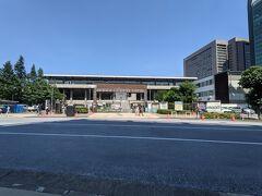 国道246号からスタジアム通りへ入り、北上します。 右手には秩父宮ラグビー場。