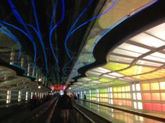 シカゴ・オヘア空港の写真でよく使われるターミナル間地下通路です。 工事中で右側の証明しか点灯していなかったのですこし残念。