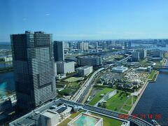 左手は豊洲ぐるり公園をはじめとした豊洲エリア。 豊洲市場、IHIステージアラウンド東京やバーベキュー施設などの各種施設がてんこもりです。