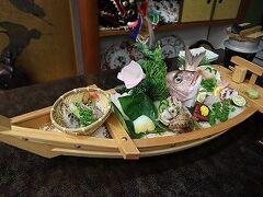 衝撃の舟盛り!真鯛一尾だけでも凄い量なのに、それ以外に、ボタン海老、赤貝、タコ、イカ、ヒラマサ、マグロ他、、、美味しく完食ですが、これ2人前?と確認してしまうボリュームでした♪