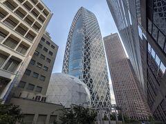 特徴的な外観の東京モード学園コクーンタワー。