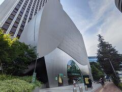 SOMPO美術館に到着。 東郷青児の美術作品コレクションを中心に展示している美術館で、ゴッホが描いた7枚のひまわりの内の1枚を収蔵している事で有名です。旧館名は東郷青児記念 損保ジャパン日本興亜美術館。