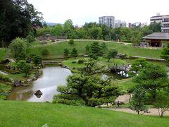 石垣の上に上がる遊歩道から池を撮影、綺麗な景色ですね。