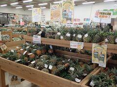 ゆらてぃく市場へシーズンに入ったパイナップルを買いに行きました。