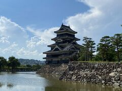 駅から15分ほどで松本城に到着。 天守閣には登りませんが、外から見るだけで十分です。