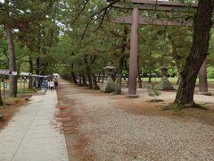 中の鳥居という場所です。真ん中に鳥居があり、通路が左右にあって、左側を歩きます。