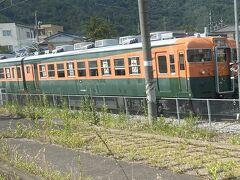 坂城駅には元国鉄165系急行用電車3両編成で保存展示してます。