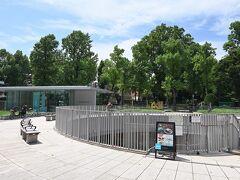 ●カーブドッチ迎賓館  正門を出てすぐのところにある公園の一角に、休憩所兼カフェ(カーブドッチ迎賓館)があり、ここまでずっと歩き回ってきたので、こちらでひと息入れていくことにしましょうか。
