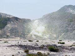 硫黄山。 相変わらずすごい迫力です。 ここまで来ると観光客が結構います。  煙がもうもうと上がっているところまでは行かずに、また探勝路を引き返します。
