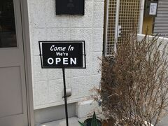王子動物園を後にして、再び水道筋商店街へ向かいます。 途中、お洒落なカフェ発見。