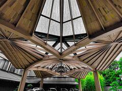 フォーシーズンズホテル京都に到着 木でできたアーチ型のエントランスがとても印象的