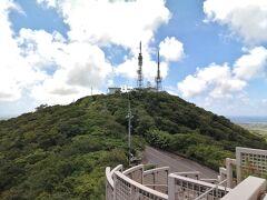 展望台から眺めるバンナ岳頂上。 登頂を試みましたが、立入禁止となっていました。