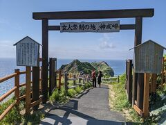 坂道を歩き、女人禁制の門に到着。やったー。神威岬の先端まで行ける「チャレンカの道」は開放されていました。