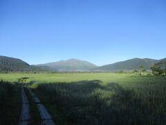 5:50 見晴(キャンプ場)出発 本日も良い天気です。尾瀬ヶ原の先に、本日登山の至仏山が見えます。