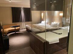 12時頃にホテルへ。 一休で探して喫煙室で値段が手ごろだったのがこのホテル。 20年以上前からデザイナーズホテルとして有名だった、「イル・パラッツォ」。