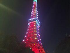芝公園のプリンスホテルのパークホテル近くへ。 東京タワーが目の前に。ちょっと派手 (*_*;) でも、すごくきれい。スカイツリーもいいけど、やっぱり、私にとっての東京の顔は東京タワー。。  たくさんの人が写真を撮られてました。 ここまで来たら、やっぱり行きたくなりました…