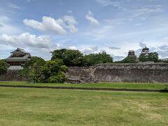 いきなり団子をゲットできなかった失意のままに熊本城に移動。  復旧は進んでいるものの、石垣の破損の傷跡はまだ残っている。