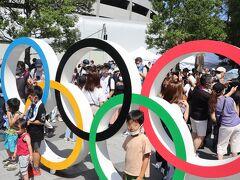 新国立競技場前の五輪マーク付近は人だかりでした