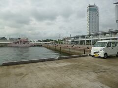 高松港フェリー乗り場です。ホテルから5分程。今日はここから直島に向かいます。