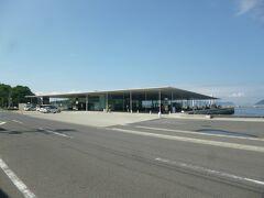 """直島に到着!こちら海の駅""""なおしま""""です。フェリー待合所でもあります。"""
