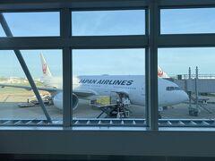日本航空3002便 FUK07時25分→HND09時10分 772国際線仕様機材です  搭乗順番グループ5 最後です グループ3、4、5一緒に呼ばれました ダイヤ、サファイアの方々ざっくり数えて60人位 普通の人20人位でした ステータス保有者多いんですね