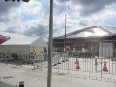 新国立競技場に隣接する東京体育館  前回大会では体操、水球の会場となりました 今回の大会では(この日も)卓球の試合会場となっていて、この時間も卓球の試合が行われています 翌々日には水谷隼・伊藤美誠ペアが金メダルを取りました