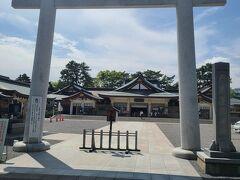 広島城にある護国神社です。 白い鳥居と広い境内が素敵です。