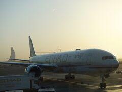 機材はボーイング777-300型です。アブダビ到着は夜明け前の早朝。入国はしていませんがこれが初中東でした。