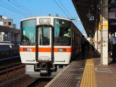 浜松駅にいます。ホームには、311系電車が停車中。この形式は近い将来、新車導入の玉突きで淘汰されるとのコト。何気に今回、初めて乗りました。。