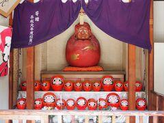 戻りの道で、ダルマだらけのお堂を見つけました。だるま堂です。東舞鶴では、毎年11月にだるま祭りが開催されるのですが、その祭りで使用されたダルマを、ここに祀っているのだそうです。。